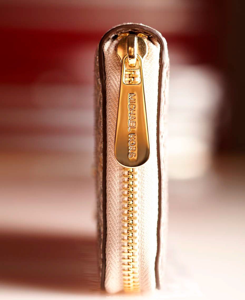 detail of pink handbag with gold zipper